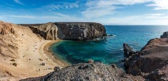 Basculez les falaises à la plage de Playa del Papagayo Parrot Lanzarote, Îles Canaries, Espagne photos stock