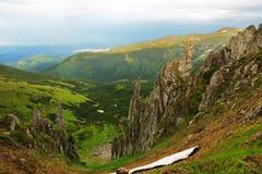 Basculez les flèches le long de l'arête de Chornohora, les Carpathiens Image stock