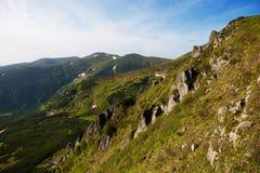 Basculez les flèches le long de l'arête de Chornohora, les Carpathiens Photos stock