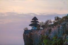 Basculez près du temple de Tanah-sort au coucher du soleil, Bali Images libres de droits