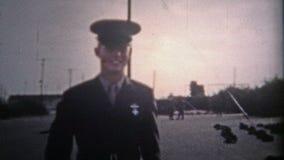 BASE AÉRIENNE DE MITCHELL, NY Les ETATS-UNIS - 1955 : Le commandant va aux casernes et renvoie heureux que la guerre est terminée clips vidéos