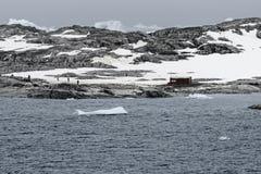 Base antártica de Argentina y centro de investigación científica en el canal de Lemaire, península antártica Fotografía de archivo