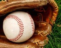 Base-ball avec la mitaine dans l'herbe photo libre de droits