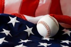Base-ball : Base-ball se reposant sur le drapeau américain Photo stock