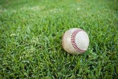 Base-ball dans l'herbe de terrain extérieur Photo stock