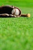 Base-ball dans le gant avec la batte Photo stock