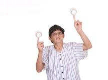 Base-ball de équilibrage de garçon Photographie stock libre de droits