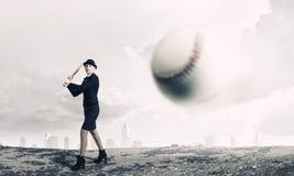 Base-ball de jeu de femme Media mélangé photo stock