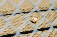 Base-ball et barrière photographie stock
