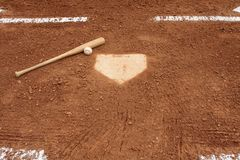 Base-ball et 'bat' près de la plaque à la maison Image stock