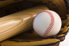 Base-ball et batte de baseball dans le gant Photos libres de droits
