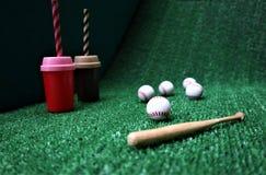 Base-ball et batte sur l'herbe verte avec l'espace de copie image stock
