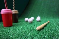 Base-ball et batte sur l'herbe verte avec l'espace de copie photo libre de droits