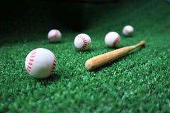 Base-ball et batte sur l'herbe verte avec l'espace de copie photos stock