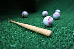 Base-ball et batte sur l'herbe verte avec l'espace de copie photo stock