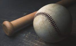 Base-ball et batte sur la surface en bois Photographie stock libre de droits