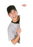 Base-ball : Joueur enthousiaste à côté de la carte blanche Photographie stock
