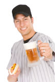 Base-ball : Joueur prêt à avoir le hot-dog et la bière pour le casse-croûte Photos stock