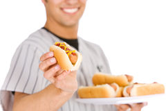 Base-ball : Joueur tenant le plat des hot-dogs Photo stock