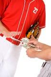 Base-ball : Joueurs échangeant l'argent en Bet Or Bribe Photographie stock