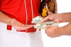 Base-ball : Joueurs échangeant l'argent en Bet Or Bribe Photos libres de droits