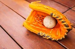 Base-ball, le base-ball avec le gant en cuir de gant sur le fond en bois de plancher de table avec l'espace de copie Thème de réc photographie stock libre de droits
