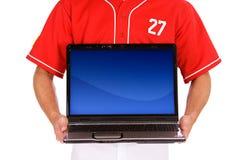 Base-ball : Le joueur supporte l'ordinateur portable avec l'écran vide Photographie stock