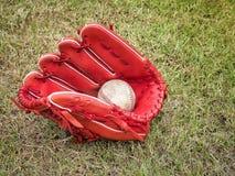 Base-ball nostalgique dans le gant sur un terrain de base-ball Photos libres de droits