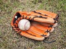 Base-ball nostalgique dans le gant sur un terrain de base-ball Photo stock