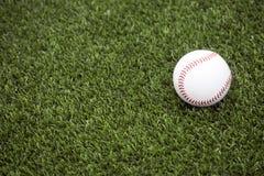 Base-ball sur l'herbe photographie stock libre de droits