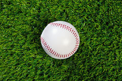 Base-ball sur l'herbe Photos stock
