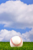Base-ball sur l'herbe images libres de droits