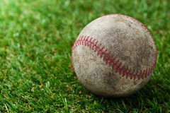Base-ball sur l'herbe photo stock