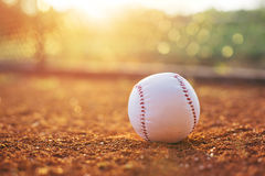 Base-ball sur le monticule de brocs photographie stock