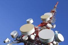 base blåa mobila telekommunikationar för telefonskystation tower arkivbilder