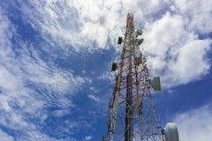 base blåa mobila telekommunikationar för telefonskystation tower rött och vitt mobiltelefontorn mot royaltyfri bild