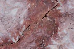 Base castanho-avermelhado com os pontos escuros e cinzentos Textura clássica do travertino usado como um fundo fotografia de stock