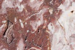 Base castanho-avermelhado com os pontos escuros e cinzentos Textura clássica do travertino usado como um fundo imagens de stock