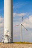 A base da turbina eólica, uma no fundo, hélice visível. Imagem de Stock Royalty Free