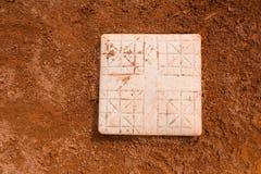 Base dans un terrain de base-ball photos stock
