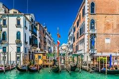 Base de conexión de las góndolas en Venecia, Italia Foto de archivo libre de regalías