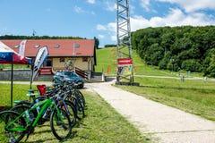 Base de entrenamiento con las pistas para los ciclistas fuera de la ciudad Fotos de archivo