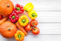 Base de la dieta sana Verduras calabaza, paprika, tomates, zanahoria en el copyspace de madera blanco de la opinión superior del  fotos de archivo