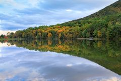 Base de la montaña del top del sostenido en Virginia en el lago Abbott Foto de archivo libre de regalías