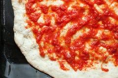 Base de la pizza y salsa de tomate imágenes de archivo libres de regalías