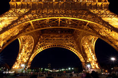 Base de la torre Eiffel en la noche Imagenes de archivo