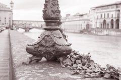 Base de lampadaire et le pont de Ponte Vecchio avec le fleuve Arno, Flor Photo libre de droits