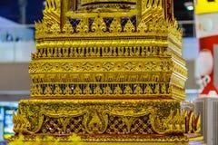 Base de oro hermosa del trono movible en patt tailandés del estilo Foto de archivo libre de regalías
