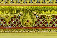 Base de oro hermosa del trono movible en patt tailandés del estilo Foto de archivo