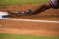 Base de Texas Rangers con la mano que resbala adentro Foto de archivo